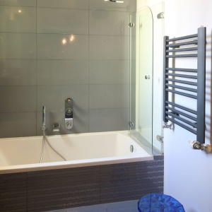 Wanna z parawanem daje przyjemny wybór między relaksującą kąpielą a szybkim prysznicem. Fot. Bartosz Jarosz.