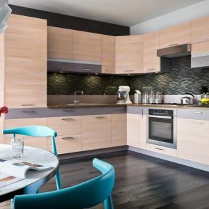 Nowoczesna, elegancka kuchnia Fresh w ciepłej kolorystyce. Świetnie sprawdzi się w otwartej przestrzeni dziennej. Fot. Stolkar.