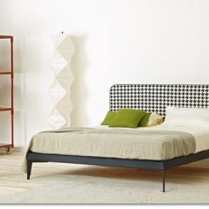 Łóżko Suite ma zagłówek w pepitkę. Sprawdzi się zarówno w kobiecej jak i męskiej sypialni, dzięki minimalistycznej formie. Fot. Artflex.