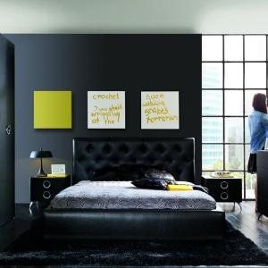Łóżko Roksana w czarnym kolorze ma wysoki pikowany zagłówek. Mebel wprowadzi do wnętrza elegancki styl. Fot. Black Red White.