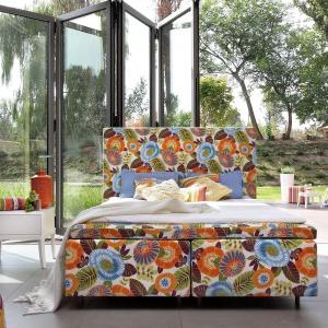 Łóżko Duke. Kolorowa tkanina obiciowa sprawia, że mebel stanie się prawdziwą ozdobą wnętrza. Fot. Swarzędz Home.