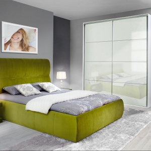 Dalia to łóżko całkowicie pokryte tkaniną. Pod stelażem kryje się pakowny pojemnik na pościel. Fot. Wajnert