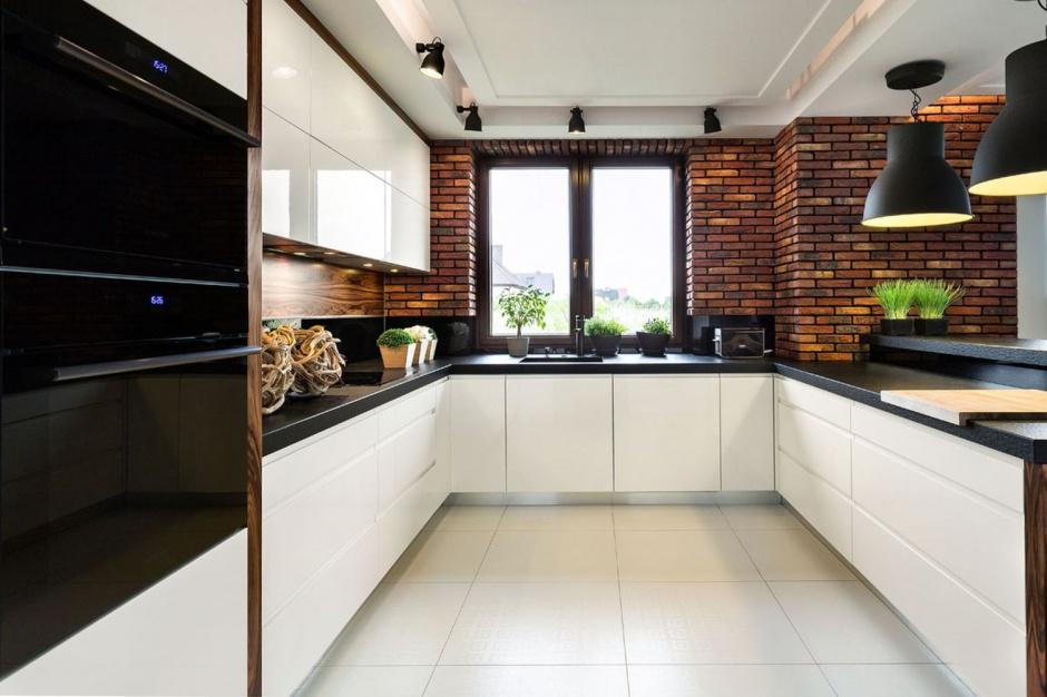 Nowoczesna kuchnia, w...  Biała kuchnia z ciemnym blatem. Tak urządzisz ją z projektantem ...