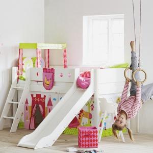 Łóżko ze zjeżdżalnią to marzenie niejednego malucha. To nie tylko miejsce do spania, ale również znakomita przestrzeń do zabawy. Fot. Flexa.