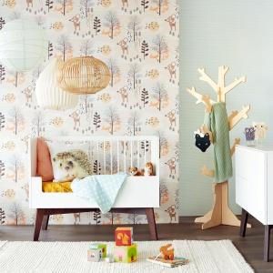 Pokój dziecka powinien być urządzony jak z bajki. Doskonałym sposobem są na wielobarwne tapety lub z postaciami uroczyć zwierzątek. Na zdjęciu: tapeta z kolekcji Tout Petit marki Eijlfinger. Fot. Decodore.