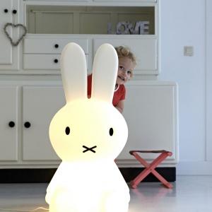 Lampa Miffy jest duża i wygląda jak uroczy, świecący królik. Nada wnętrzu przytulnego klimatu i sprawi, ze zasypianie samemu w pokoju nie będzie ani trochę straszne. Fot. Amazingdecor.