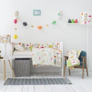 Tkaniny to najlepszy sposób na ocieplenie aranżacji pokoju dziecka. Urocze motywy i wzory sprawią także, że przestrzeń nabierze bajkowego klimatu. Fot. Lamps&Co.