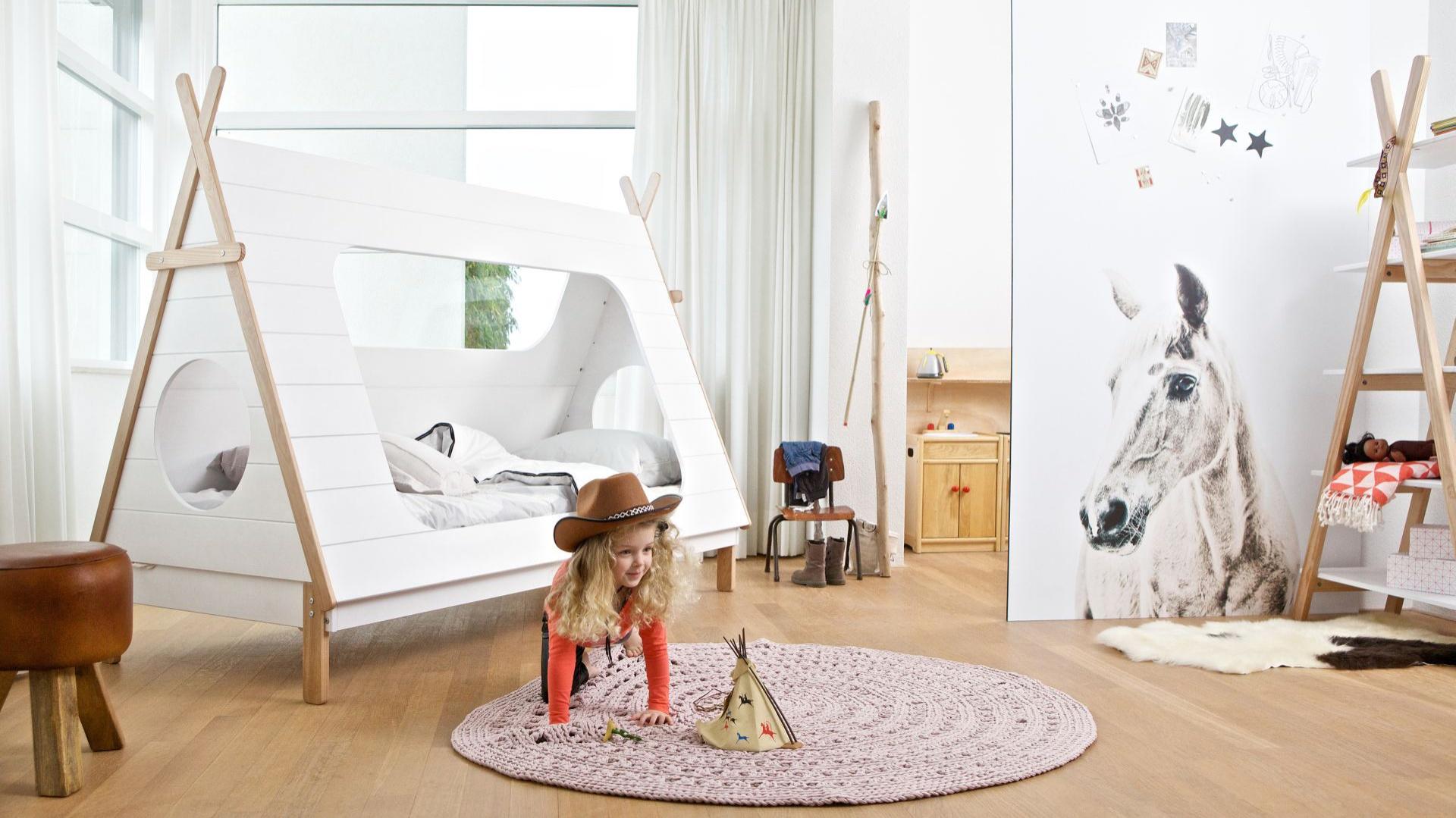 Łóżko to mebel obowiązkowy w pokoju dziecka. Jeśli jednak jest to łóżko kształtem przypominające namiot, z pewnością będzie ono również przestrzenią do niezapomnianych zabaw. Fot. Seart.