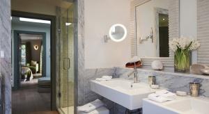 Lampy wiszące, kinkiety, w kolorze srebra czy z kryształkami. Pomysłów na oświetlenie łazienki jest bardzo wiele. Zobaczcie nasze propozycje, w których funkcjonalność łączy się z ciekawym designem i najnowszymi trendami.