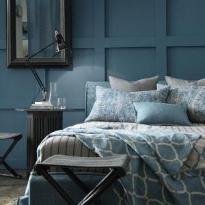 Niebieska barwa ma w sobie niebywałą głębię. Sypialnia w kolorze niebieskim będzie elegancka, ale również nieco tajemnicza. Na zdjęciu: tkaniny marki Mark Alexander. Fot. Decodore.