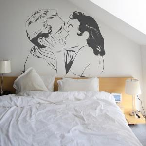 Fototapety i ścienne naklejki to szybki i prosty sposób na ozdobienie ściany w sypialni. Szeroki wybór wzorów sprawia, że łatwo znajdziemy ten najciekawszy dla siebie. Fot. Big-Trix.