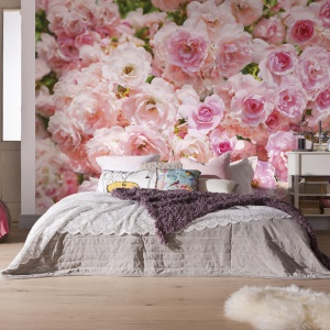 Róże to doskonały motyw przewodni kobiecej sypialni. Sprawiają, że wnętrze staje się bardziej eleganckie, ale również nieco romantyczne. Fot. Castorama.