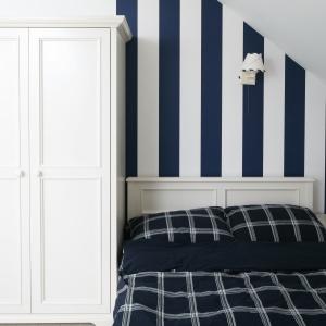 Jeśli łóżko znajduje się bezpośrednio pod skosem, przestrzeń powyżej możemy przeznaczyć na niewielką sofę, dzięki temu nawet najmniejsza sypialnia będzie wygodna w komunikacji i komfortowa. Projekt: Katarzyna Mikulska-Sękalska. Fot. Bartosz Jarosz.
