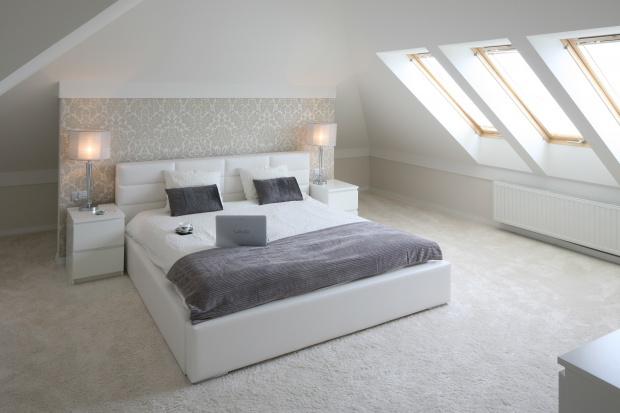 Sypialnia na piętrze. Tak urządzisz ją pod skosami
