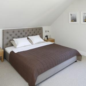 Zanim wybierzemy łóżko do sypialni, warto zmierzyć wysokość ścianek kolankowych. Znając ich wymiary, łatwiej dobierzemy rozmiar zagłówka łóżka. Projekt: Kamila Paszkiewicz. Fot. Bartosz Jarosz.