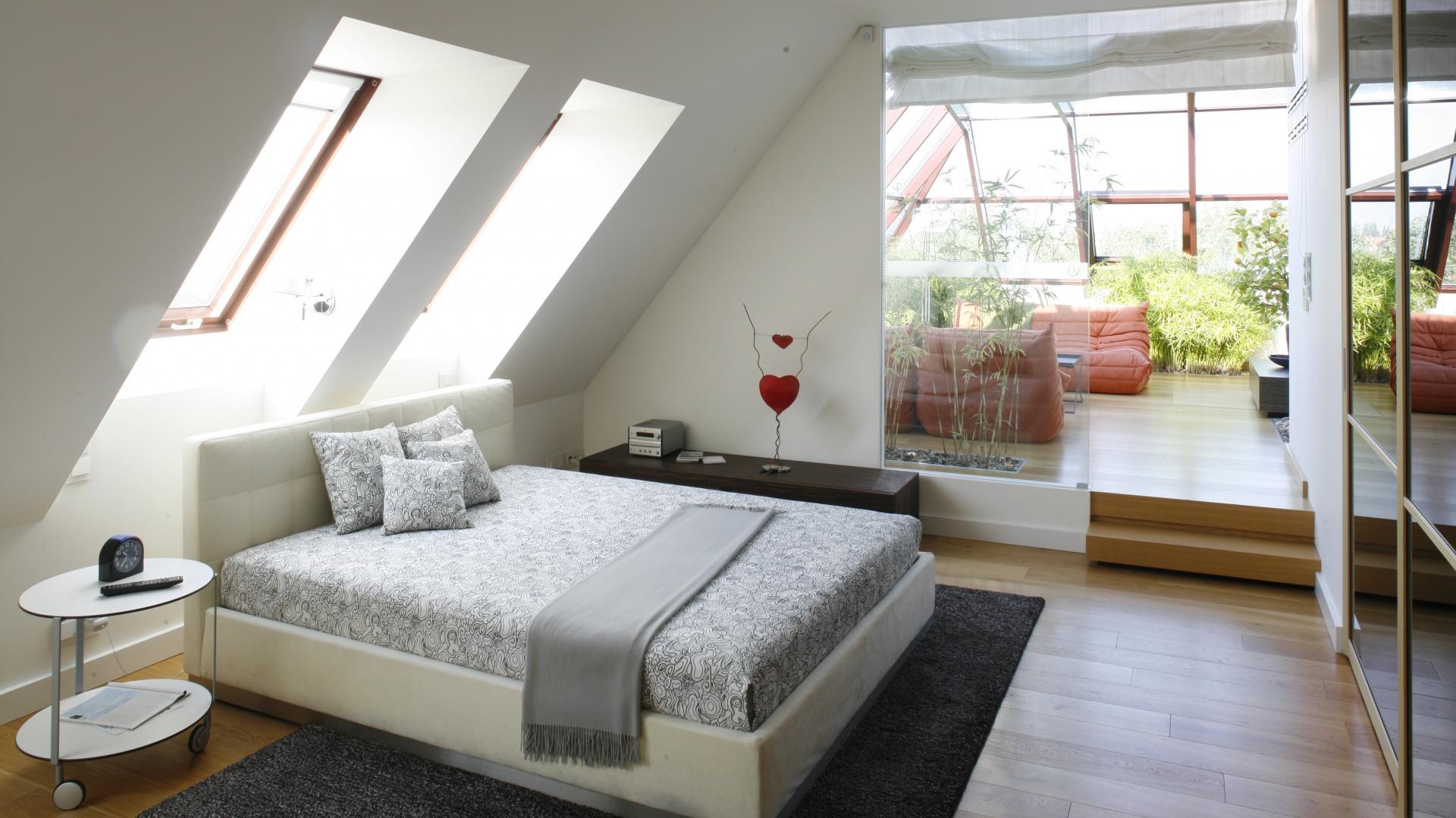 Aby optycznie powiększyć...  Sypialnia na poddaszu. 5 ciekawych aranżacji  Strona: 3