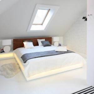 Oświetleniem można w sypialni wykreować niepowtarzalny nastrój. Ciekawym rozwiązaniem jest montaż listew LED-owych pod ramą łóżka lub za zagłówkiem. Projekt: Agnieszka Zaremba, Magdalena Kostrzewa-Świątek. Fot. Bartosz Jarosz.