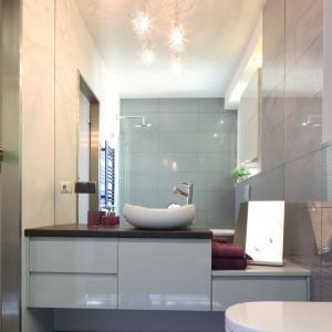 Duże lustro w strefie umywalki optycznie powiększa łazienkę w kobiecym stylu. Projekt: Arkadiusz Grzędzicki. Fot. Bartosz Jarosz.