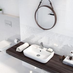 Na ścianie minimalistycznej łazienki ułożono białe płytki White Magic z oferty Opoczno. Fot. Opoczno.