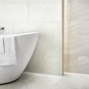 Na ścianach salonu kąpielowego ułożono białe płytki Binita/Binito marki Paradyż. Fot. Paradyż.