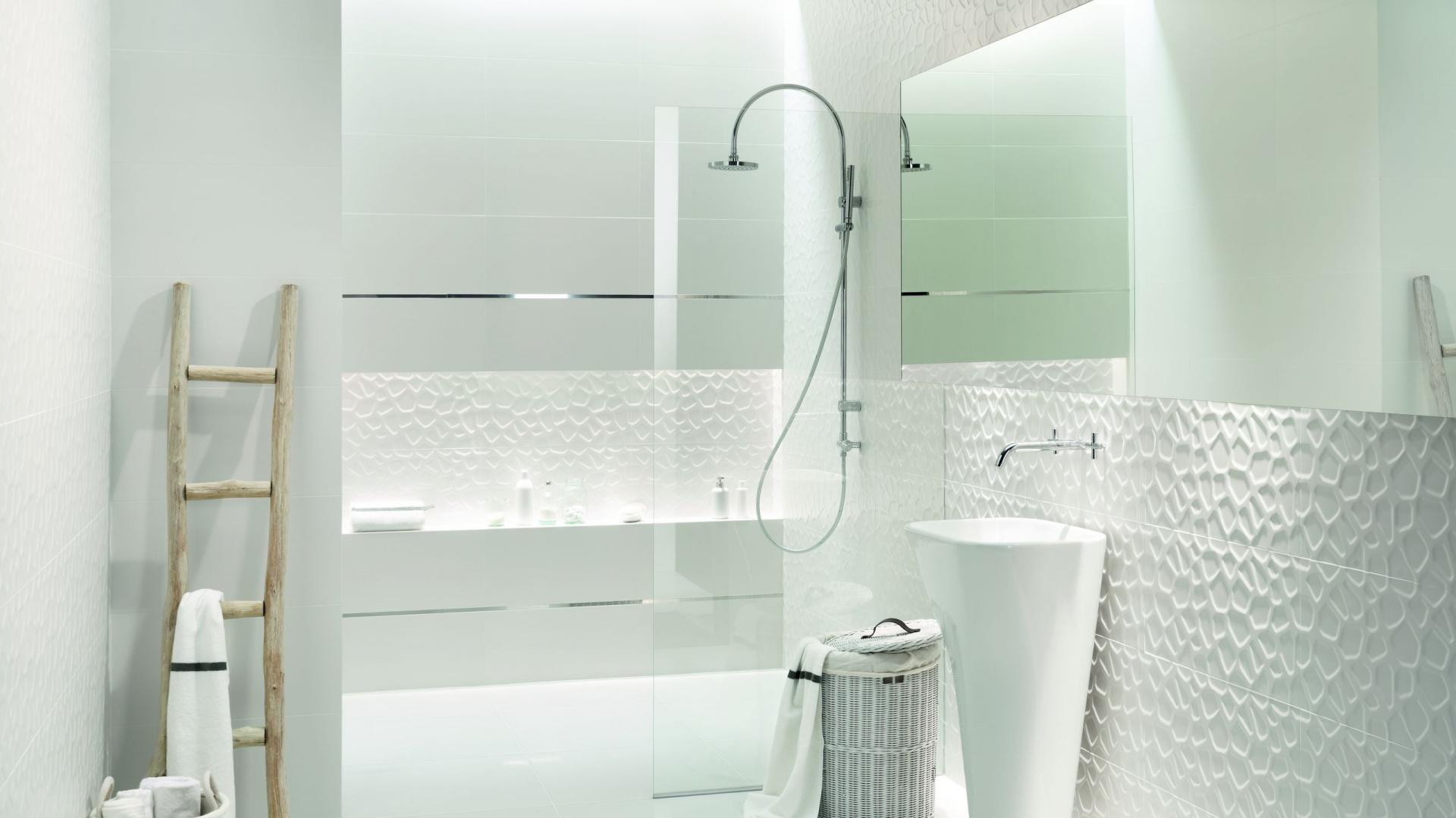 All In White to białe płytki ceramiczne z modną fakturą, dostępne w ofercie marki Tubądzin. Fot. Tubądzin.