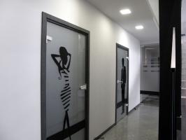 Niekonwencjonalne oznakowanie stref toalet na parterze...troszkę humorystycznie :)