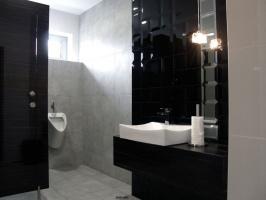 Wnętrze toalety męskiej na piętrze