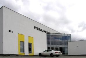 Fasada biurowca firmy PEKUM w Olsztynie, przy ul. Lubelskiej 37E.