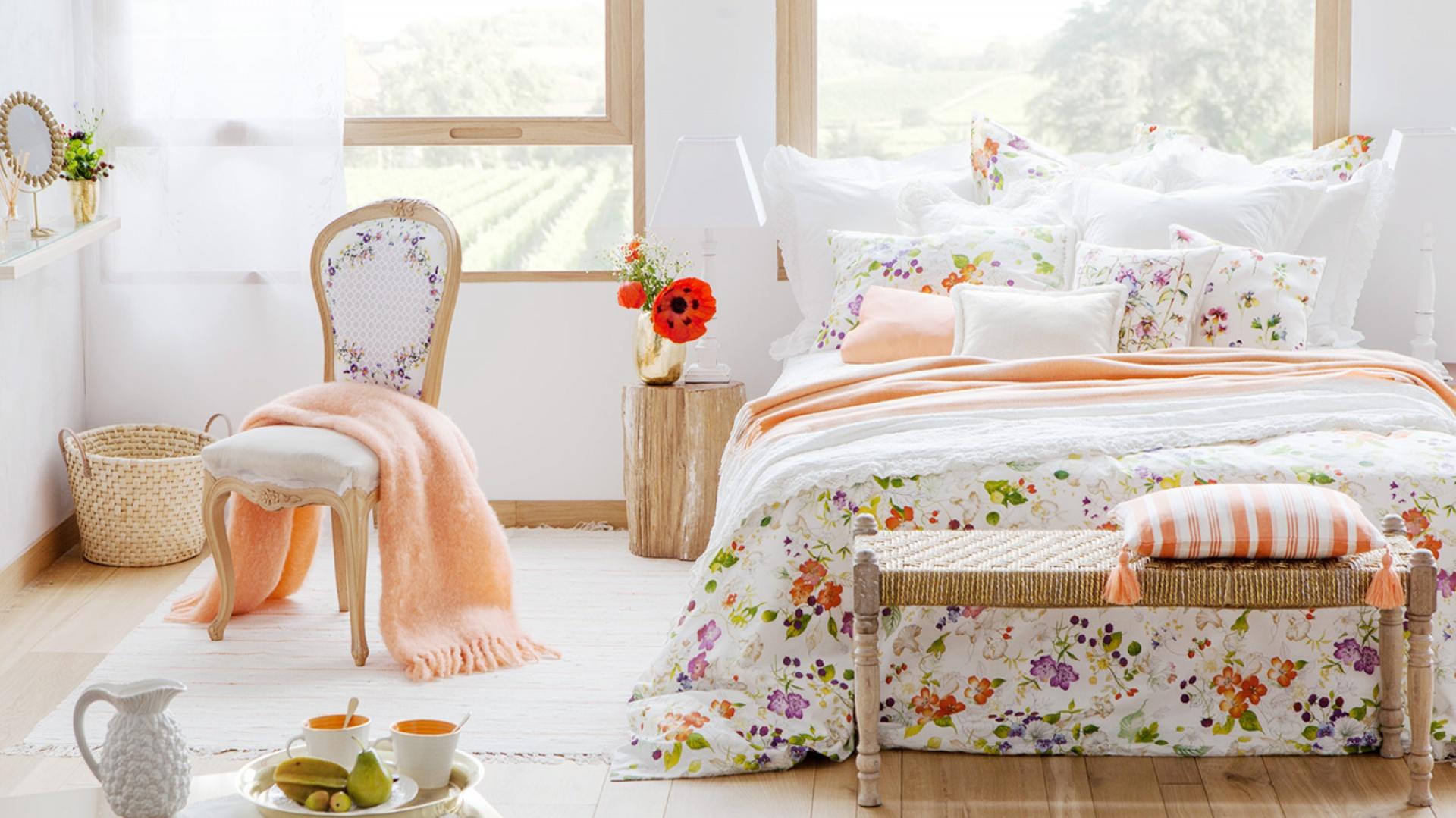 Kwiatki to sprawdzony motyw w kobiecej sypialni. Drobne nadadzą wnętrzu delikatności, zaś duże zdecydowanego charakteru. Fot. Zara Home.