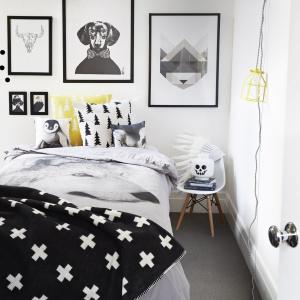 Urządzając sypialnię w skandynawskim stylu nie można zapomnieć o modnych wzorkach. Plusiki, choinki, ornamenty, kropeczki i gwiazdki, wszystko to tworzy unikalny styl we wnętrzu. Fot. Norsu.