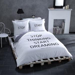 W nowoczesnych sypialniach warto przełamać aranżacyjną nudę za pomocą pościeli z nietypowym wzorem. Modne są dziś tkaniny z ciekawymi napisami, często nawet kontrowersyjnymi. Fot. Dekoria.