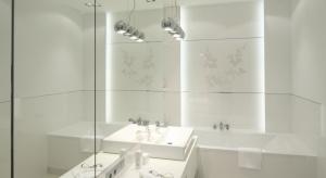 Do wyboru mamy żyrandole z kryształków, pasy ledowe, wiszące lampy. Polscy architekci coraz częściej zaskakują modnymi pomysłami na oświetlenie w łazience.