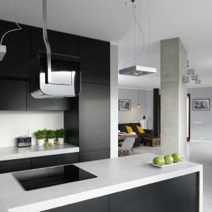 Industrialną stylistykę wnętrza wzmacniają lampy o geometrycznym kształcie oraz ultranowoczesny okap górujący nad płytą.