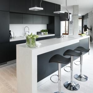 Zimną kolorystykę równoważy dębowa podłoga. Aby utrzymać ją w minimalistycznej stylistyce, drewno poddano procesowi bielenia.