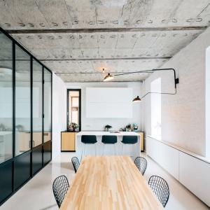 Strefa dzienna została poprowadzona wzdłuż ściany fasadowej budynku i w sumie rozciąga się na 10 metrów. Projekt: Crosby Studios. Fot. Evgeny Evgrafov.