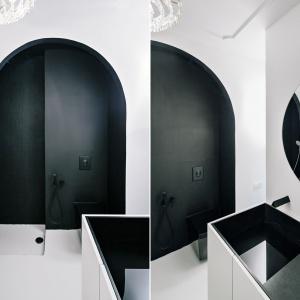 Łazienkę urządzono w czerni i bieli - z niezwykłą strefą prysznica umieszczona w półokrągłej wnęce, której ściany wykończono czarną matową mozaiką. Projekt: Crosby Studios. Fot. Evgeny Evgrafov.