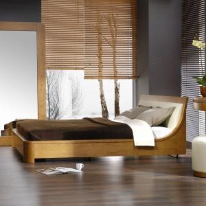 Sypialnia Spa marki Paged to elegancka propozycja do sypialni. Jasna kremowa barwa tkaniny na wezgłowiu doskonale harmonizuje z miodową barwą drewna, sprawiając, że wnętrze jest przytulne i stylowe. Fot. Paged.