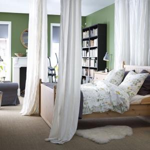 Łóżko Hurdal marki IKEA to doskonałe rozwiązanie dla poszukujących naturalnych mebli do sypialni. Fot. IKEA.