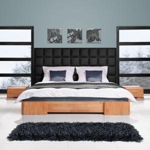 Bukowe łóżko Bit z panelem ściennym to ciekawa propozycja do sypialni. Panel pełni rolę dekoracyjną, ale jest również wygodnym oparciem. Fot. Beds.
