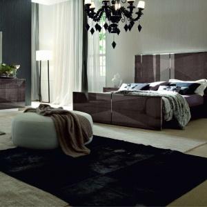 Eva to bardzo eleganckie ekskluzywne meble do sypialni. Wielkie wrażenie robi wspaniała dekoracyjność ich powierzchni, wykończonych naturalnym, bukowym fornirem, układanym kontrastowo w regularny wzór. Fot. Kler.