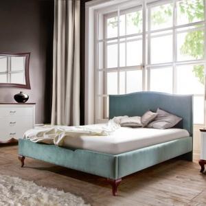 Błękit tkaniny łóżka wprowadza do wnętrza sypialni świeżość i orzeźwienie. Ozdobne nóżki i pięknie wyprofilowany zagłówek sprawią, że mebel będzie doskonałą dekoracją wnętrza. Fot. Meble Taranko.