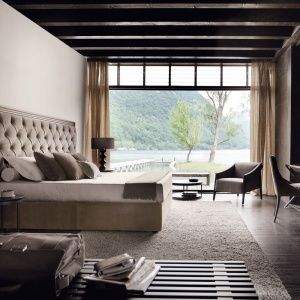 Łóżko z ogromnym, pikowanym zagłówkiem sprawdzi się w dużej sypialni. Taki zagłówek należy bowiem wyeksponować, aby był ozdobą całego wnętrza. Fot. Poliform.