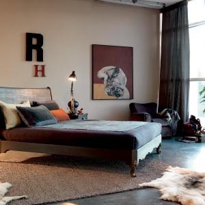 Eleganckie i stylowe w każdym calu. Na szczególną uwagę zasługuje dolna listwa okalająca ramę łóżka, którą wykończono pięknym, rzeźbionym wzorem. Fot. Marchetti.