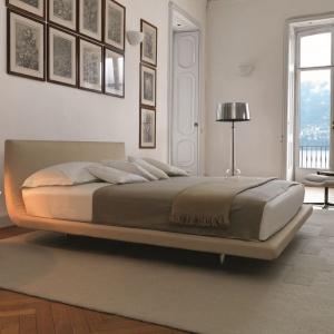 Proste, minimalistyczne wręcz łóżko wykończone naturalną skórą. Na uwagę zasługuje subtelna linia mebla, gdzie zagłówek i rama są jednym, doskonale zgranym elementem. Fot. Desire Italia.