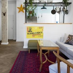 Meble i dodatki dekoracyjne zostały wyszukane na różnych pchlich targach. Projekt: Studio Raanan Stern. Fot. Gidon Levin.