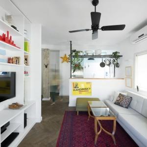 Otwarta strefa dzienna to kuchnia i salon, przedzielone półwyspem kuchennym, który może równiez pełnić funkcję baru. Projekt: Studio Raanan Stern. Fot. Gidon Levin.