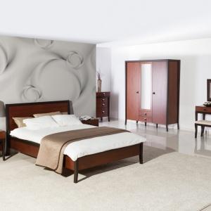 Sypialnia Palazzo. Połączenie dwóch kolorów na zasadzie przejść tonalnych ma na celu podkreślenie prestiżu mebla, a użycie skóry w uchwycie ma podkreślić naturalność materiałów jakimi są drewno i okleiny naturalne użyte w tym projekcie. Fot. Szynaka Meble.