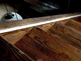 klatka schodowa detal stopni z drzewa modrzewiowego szczotkowanego i opalanego