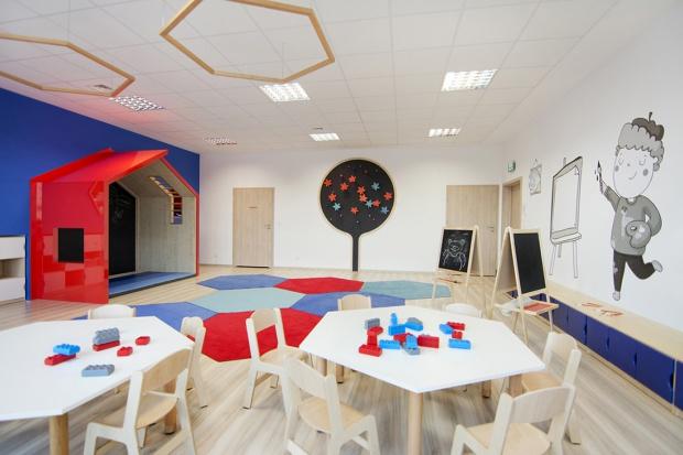 Przedszkole i żłobek Megamocni, projekt autorstwa pracowni CGL, zakładał stworzenie inspirującej przestrzeni, odnoszącej się w abstrakcyjny sposób do naukowego profilu placówki, wykorzystująccharakterystyczne motywy graficzne i bajkowe ilustra