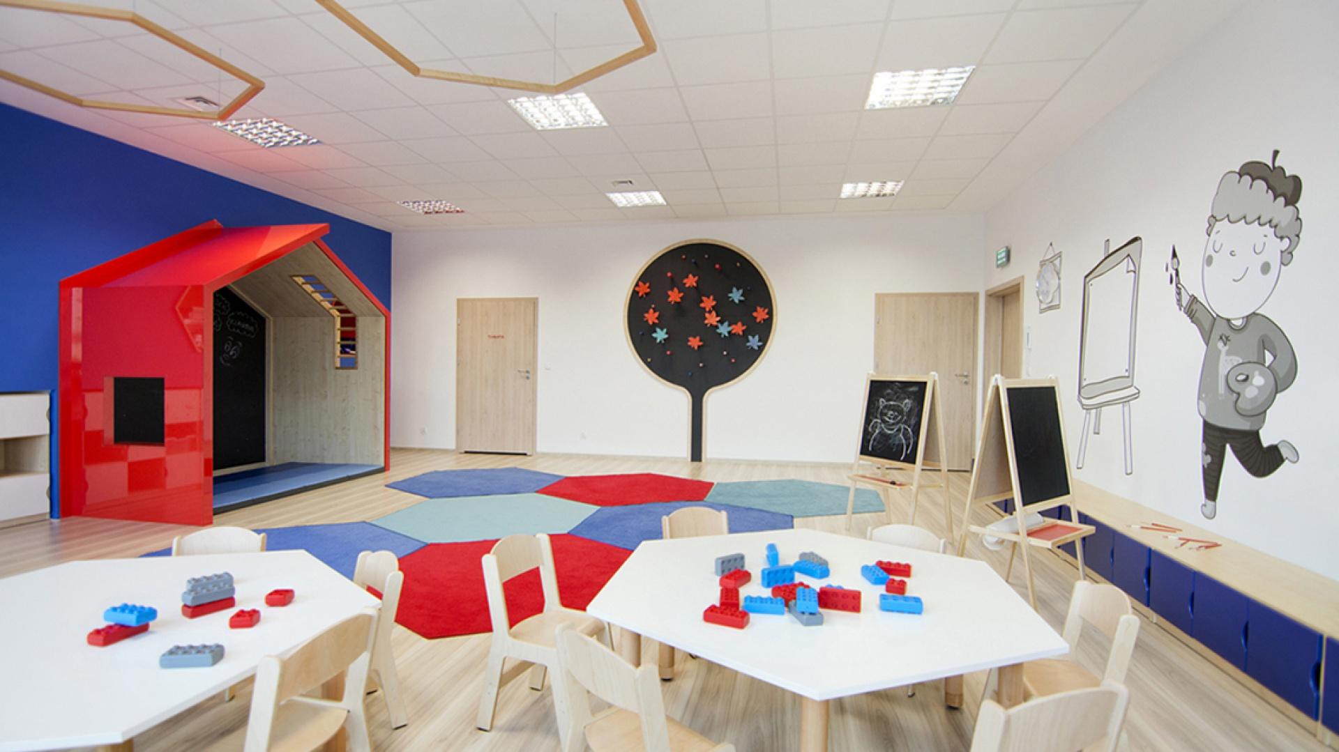 Wnętrza przedszkola i żłobka Megamocni kształtowane były w  oparciu o proste bryły geometryczne oraz brak stereotypowych i  infantylnych dekoracji dziecięcych. Fot. Pracownia CGL